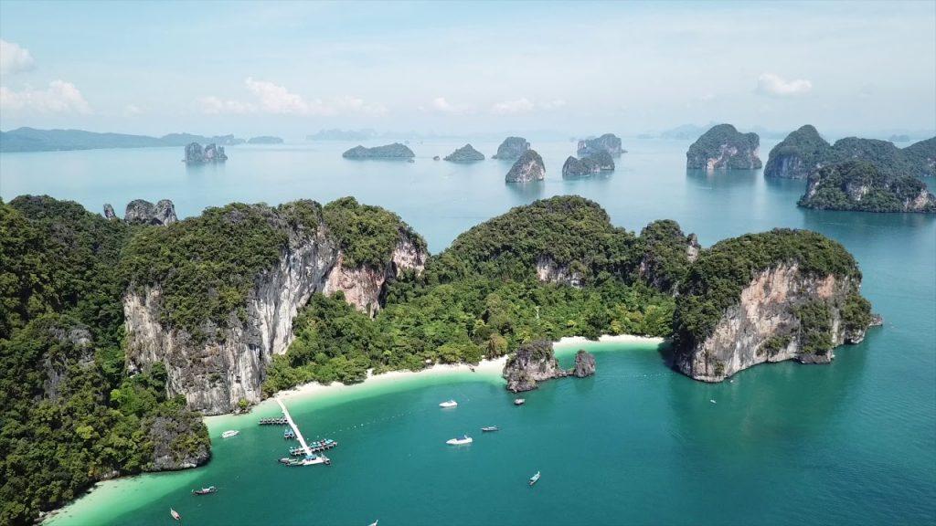 З пляжу Ао Нанг на Крабі відправляються човни в заповідник на острові Hong
