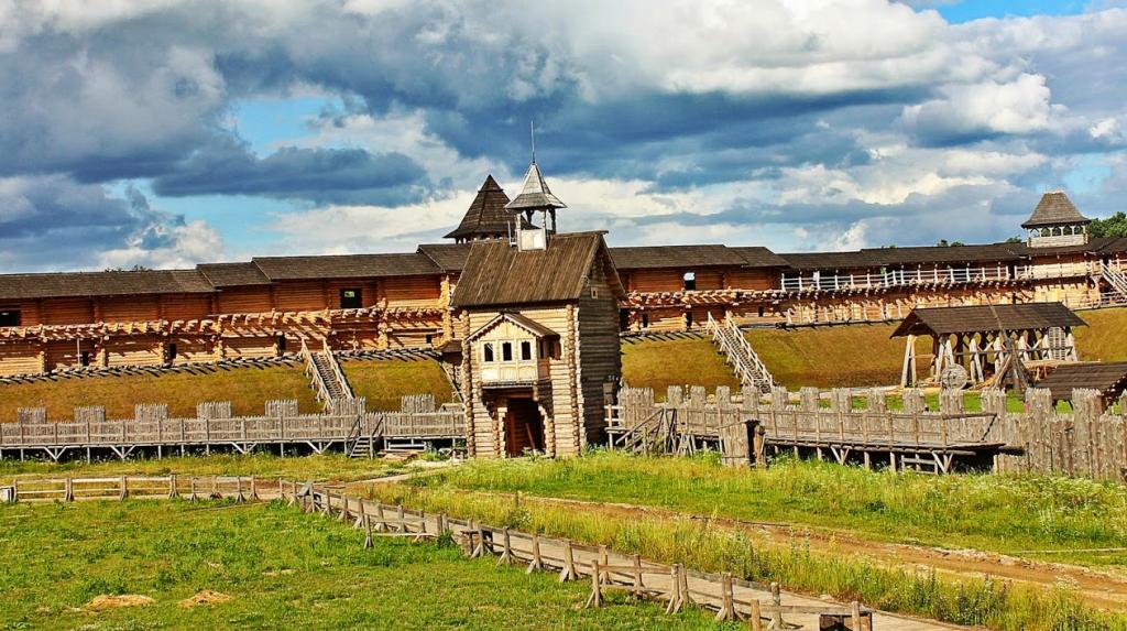 В центре парка расположена реплика детинца-кремля
