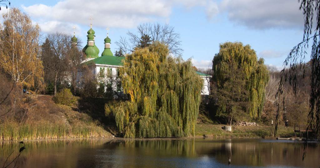 Китаево-Голосеево в черте Киева: скромно выглядывают купола, тихо переливается вода