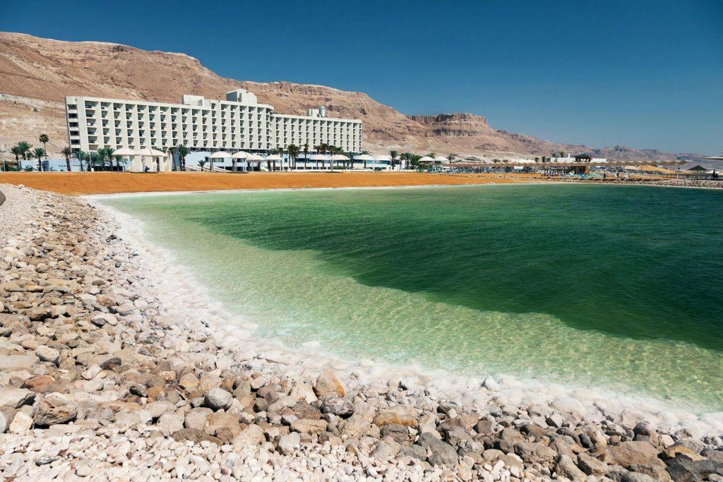 Листопад – вдалий час для пляжного відпочинку на Мертвому морі з дитиною в Ізраїлі. Курорт Ейн Бокек