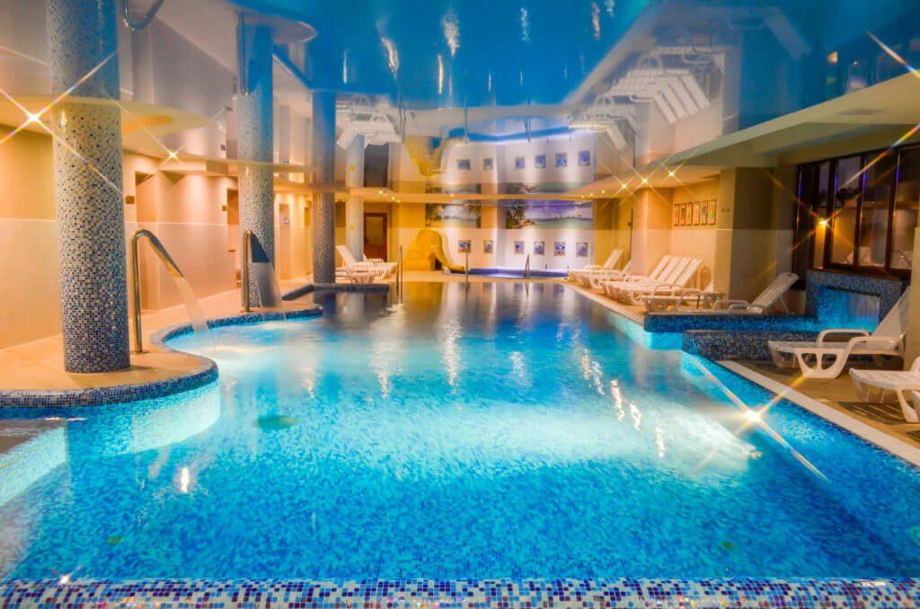 Критий басейн довжиною 16,5 метрів в «Романтік СПА Готелі»