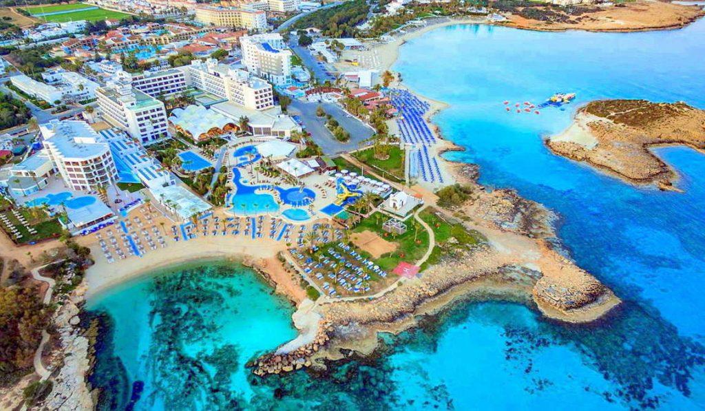 Пляж Ватія Гонія в Айя-Напі на Кіпрі – нагадує крайку з піску і кам'янисті ділянки навколо невеликої природної бухти. Пляж відзначений сертифікатом Європейського Союзу «Блакитний прапор».