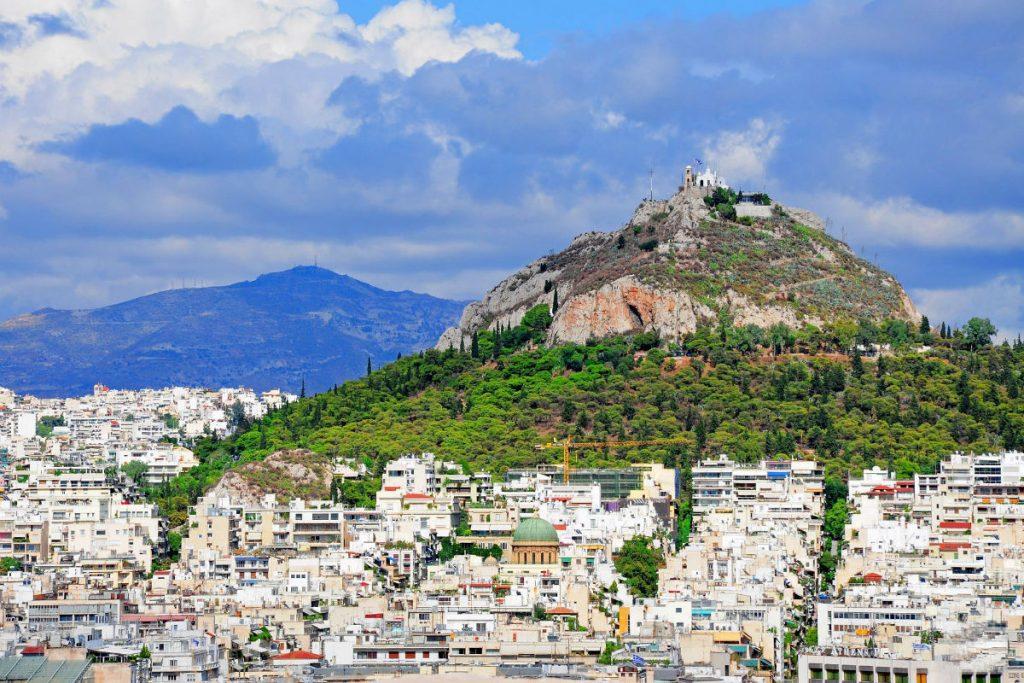Крутий кам'янистий пагорб Лікавітос в самому центрі Афін