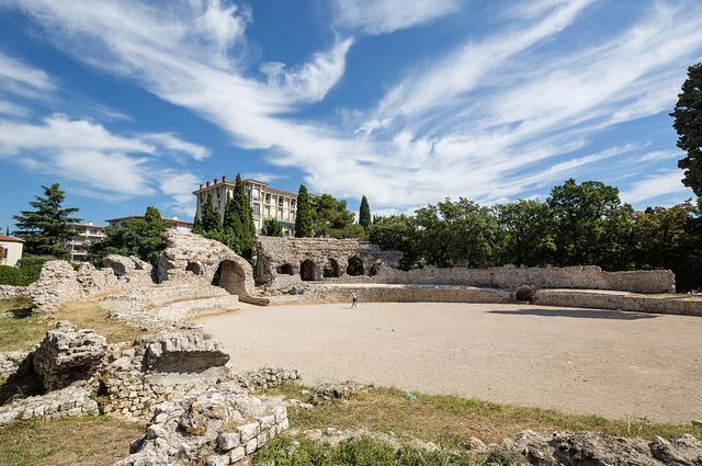 Руїни римських купалень, арени і Археологічний музей