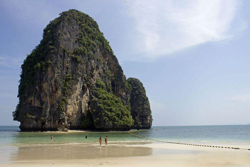 Пляжний сезон в листопаді на таїландському курорті Крабі. Пляж Ао Нанг