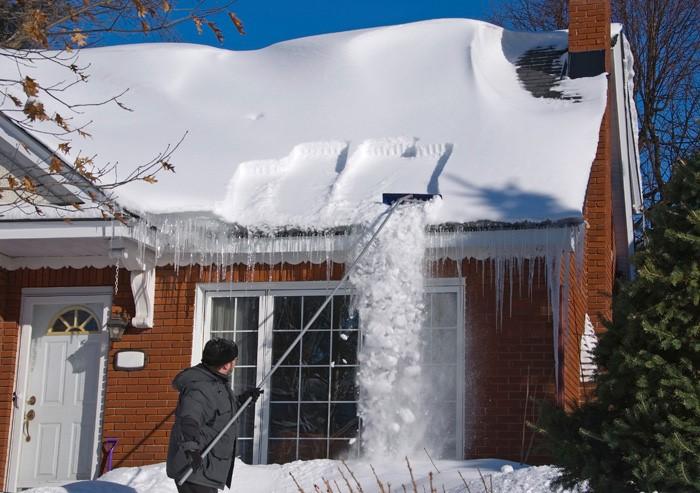 Чистка крыши от снега снежными граблями
