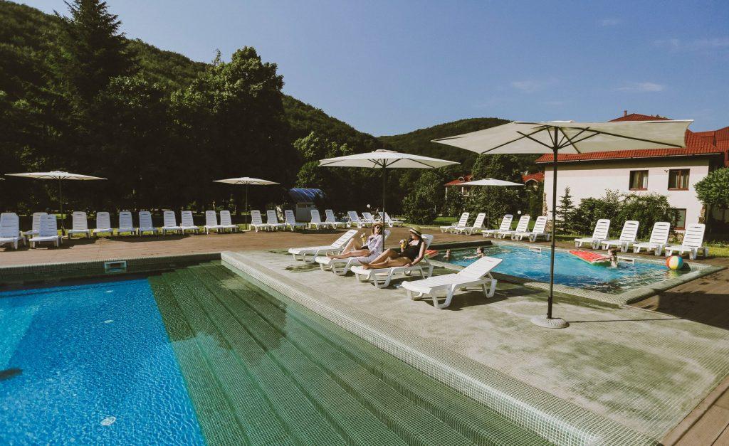 Лето и Карпаты вполне совместимы, если отдыхать у открытого бассейна