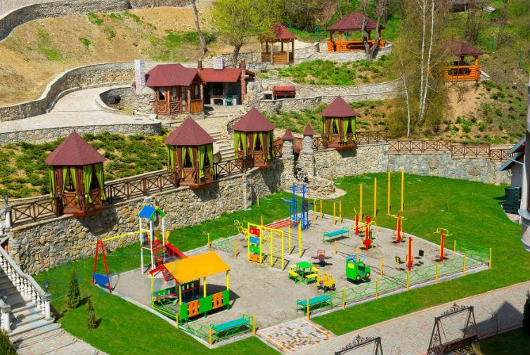 Детская площадка на территории отеля выручает в отпуске с ребенком