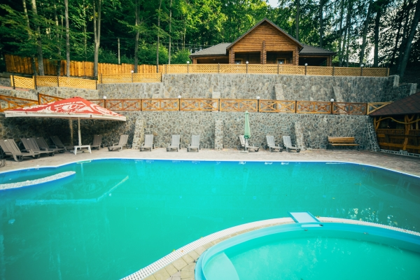 Отдохнуть в Карпатах можно и летом, если в отеле есть летний бассейн