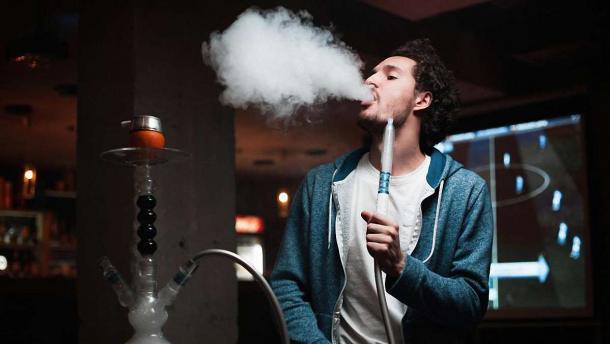 Парень курит кальян