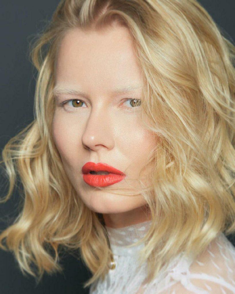 Блондинка с выбеленными бровями а-ля альбинос