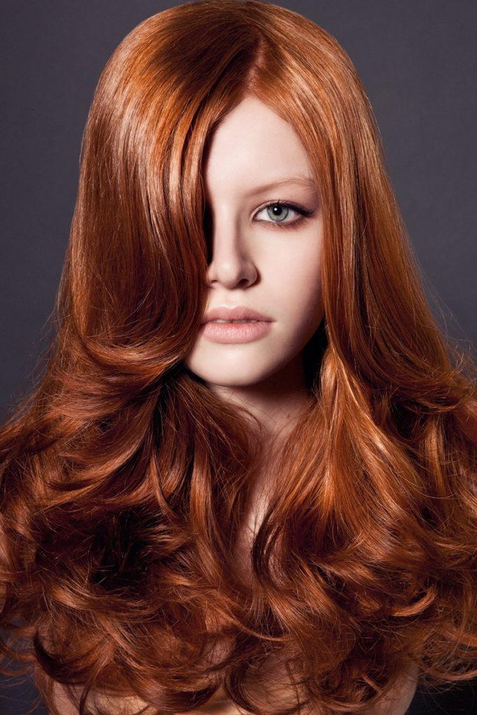 Рыжая девушка со светлыми рыжеватыми бровями