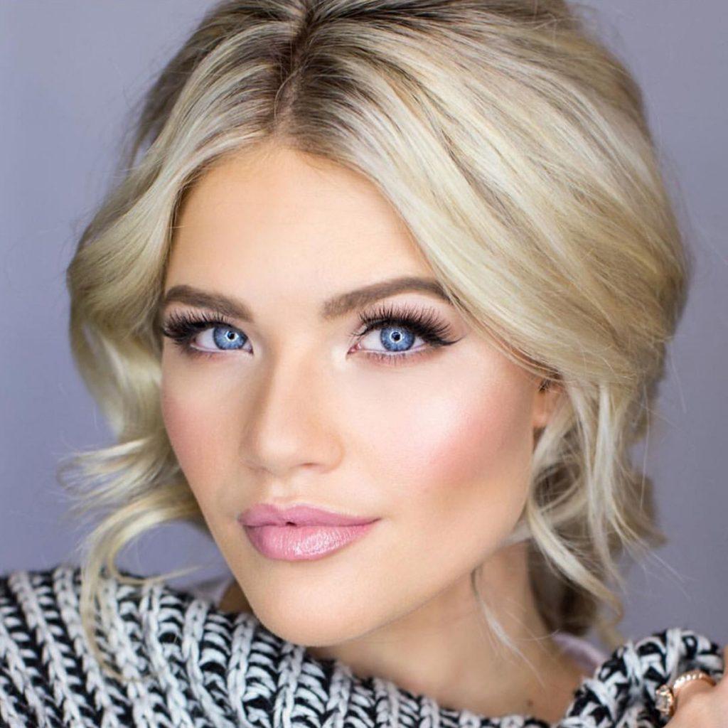 Блондинка с бровями в тон корням волос