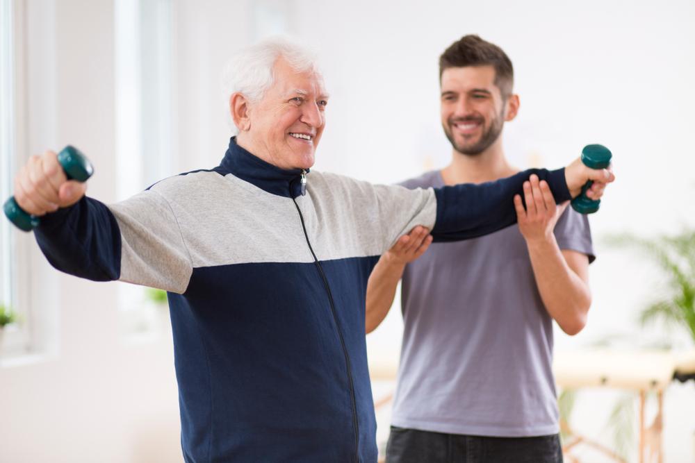 Пожилой человек делает зарядку