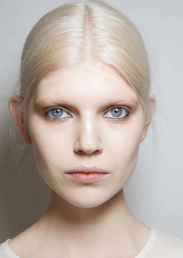 Высветленные брови практически полностью сливаются с белым цветом волос