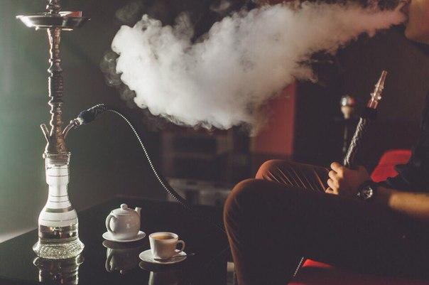 Чоловік курить кальян