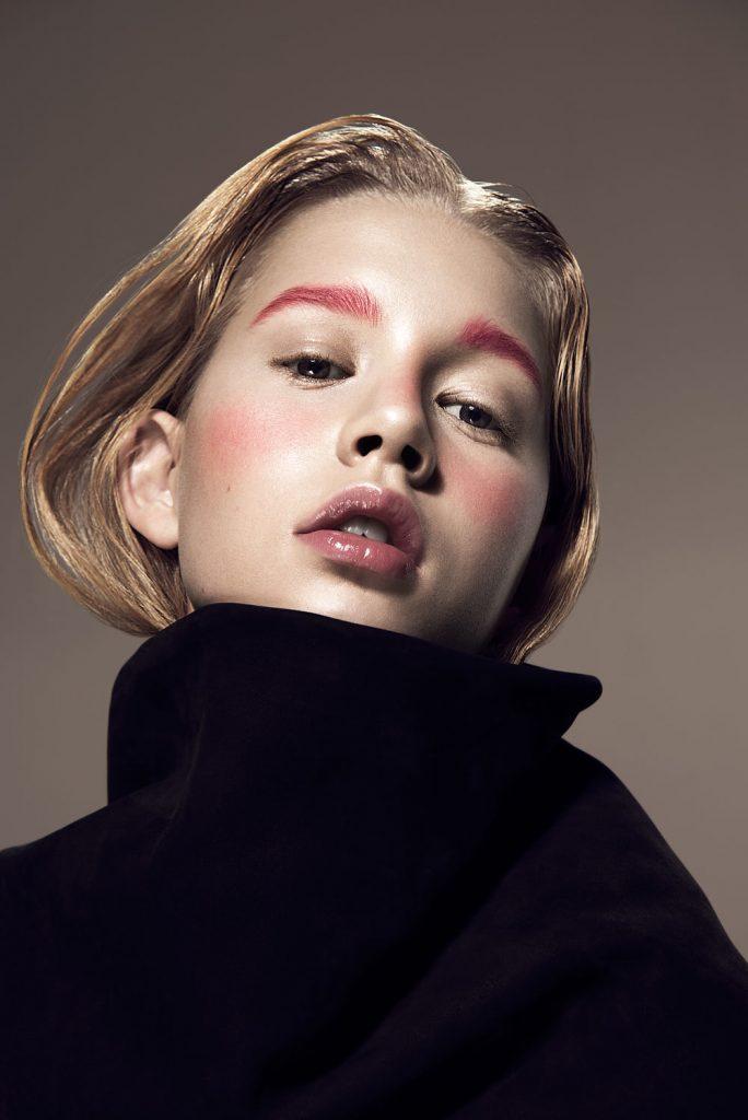 Розовые брови рифмуются с розовыми щеками и естественного цвета губами