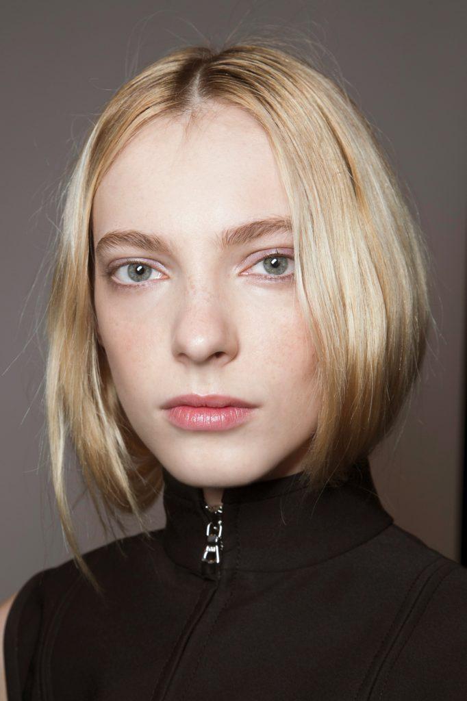 Блондинка со светлыми бровями