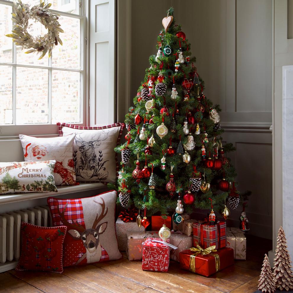 Декор под новогодней елкой