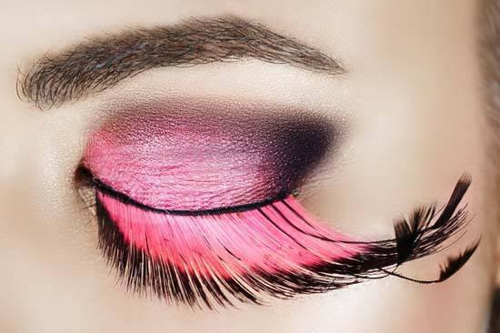 Вії, декоровані довгим рожево-чорним пір'ям