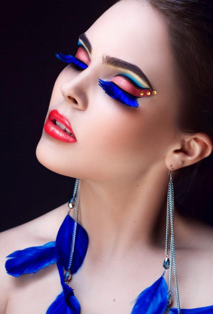 Фентезі-мейк: вії-пір'я яскраво-синього кольору