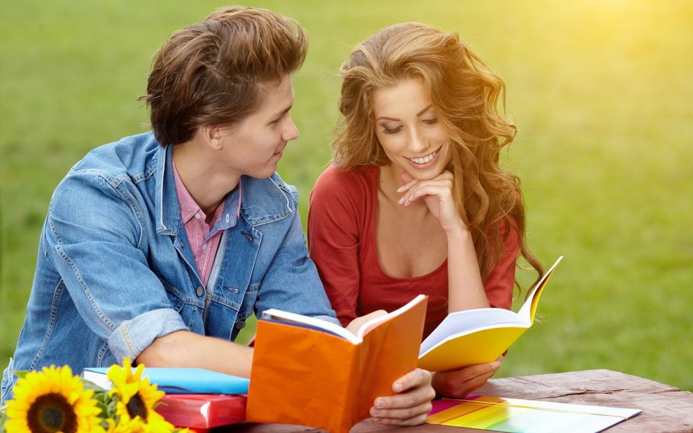Парень и девушка вместе читают книги
