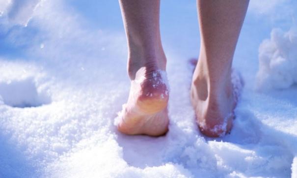 Ходьба босоніж у холодній воді або на снігу