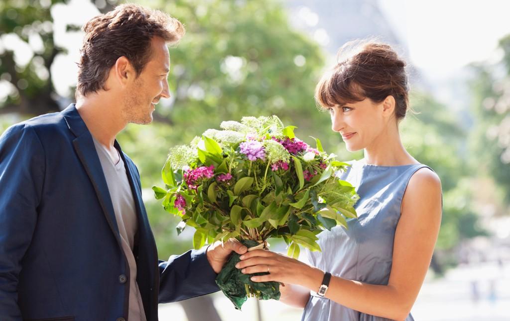 В глубине души женщинам приятно получать в подарок живые цветы, даже если они это отрицают :)