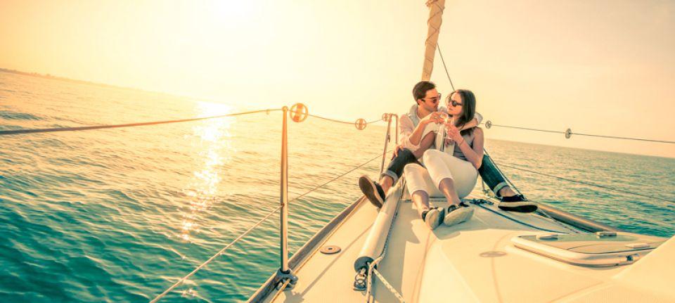 Прогулка на яхте – приятный подарок для обоих