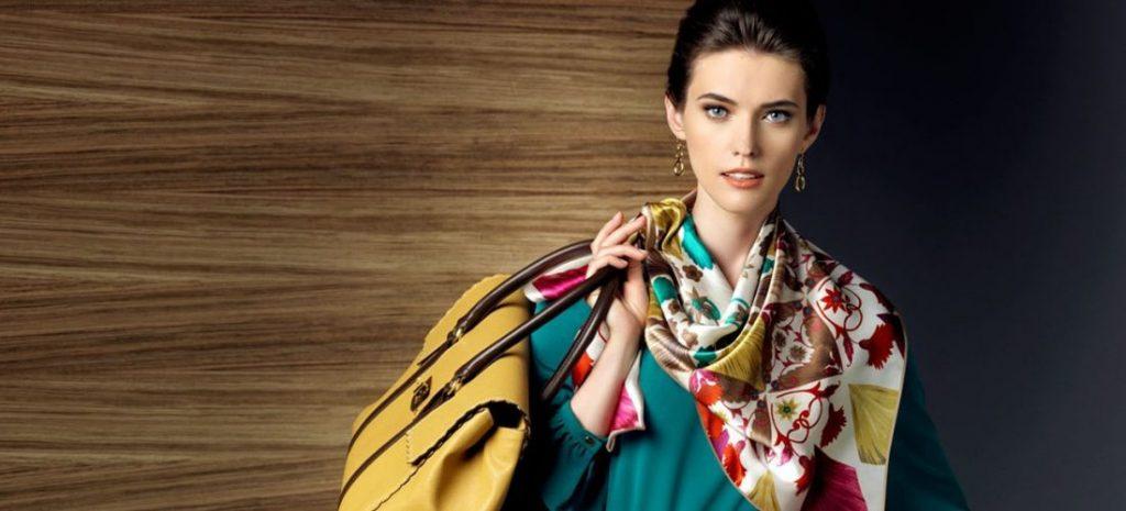 Красивый платок или шаль – отличный весенний подарок женщинам