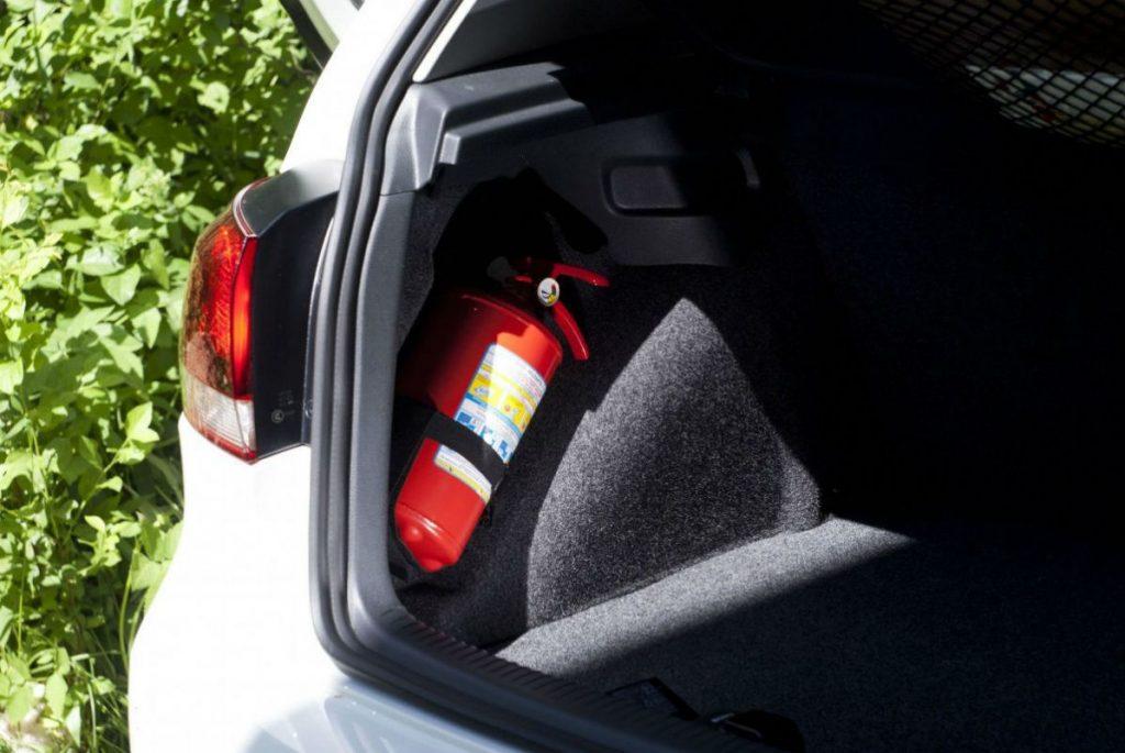 В машину рекомендуют покупать порошковый или углекислотный огнетушитель