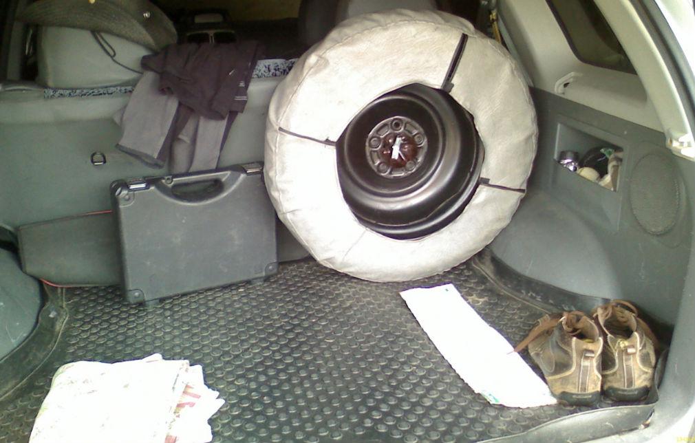 Место докатки в багажнике автомобиля