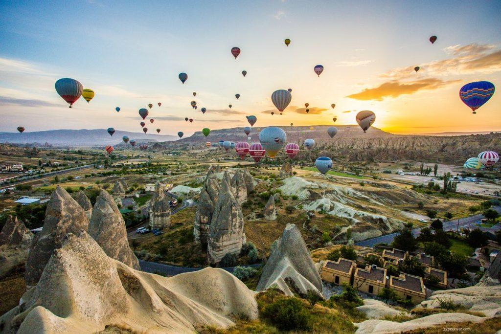 У Каппадокії польоти на повітряній кулі організовуються цілий рік. У розпал сезону влітку в небі їх може налічуватися до 250 одночасно