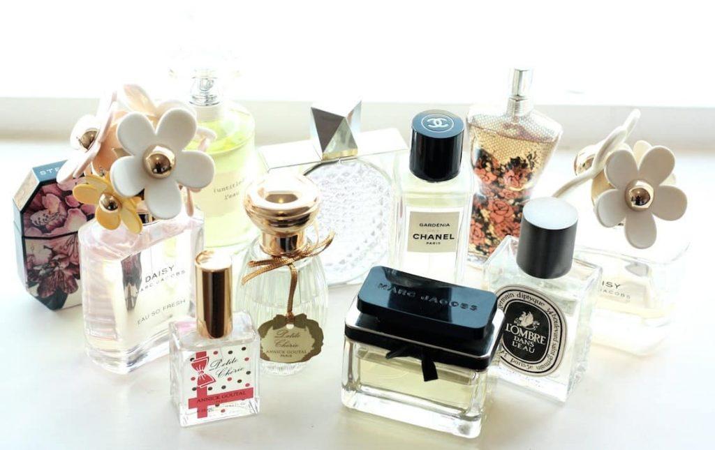 Набір різних флаконів з коштовними парфумами