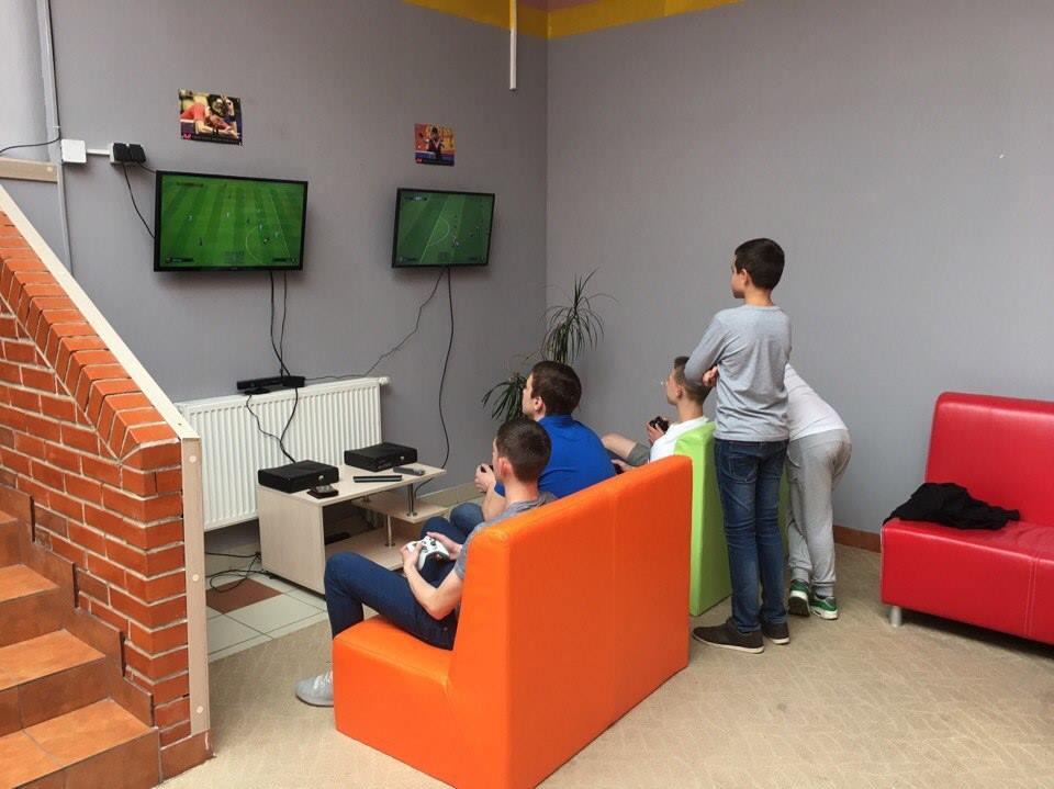 Ребята играют в плейстейшн в Home Club