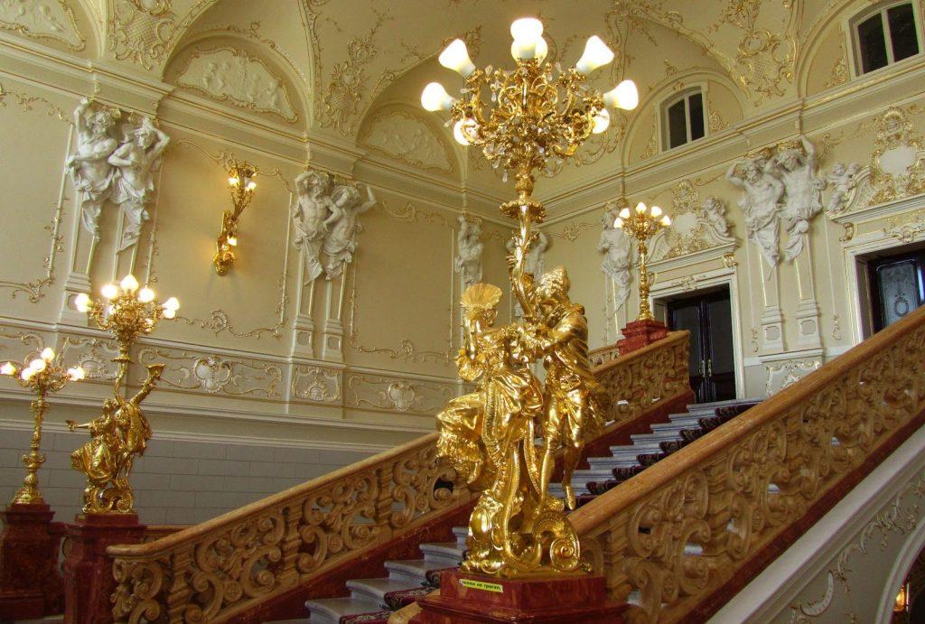 Внутри Оперного театра определенно есть на что посмотреть
