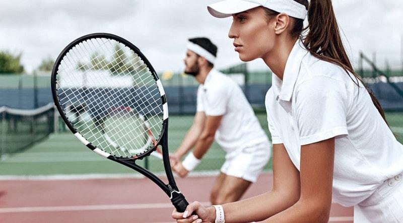 Занятия теннисом или сквошем