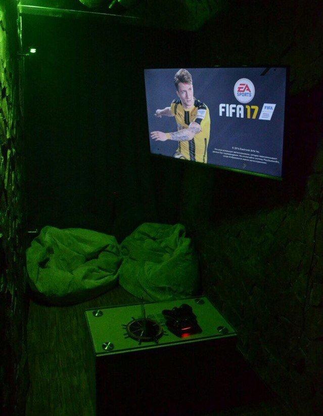 Игра на приставке FIFA в Hashtag Lounge Bar