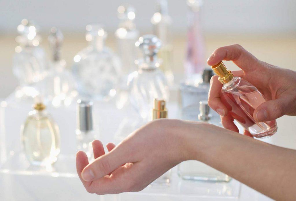 Флакон парфумів у руці