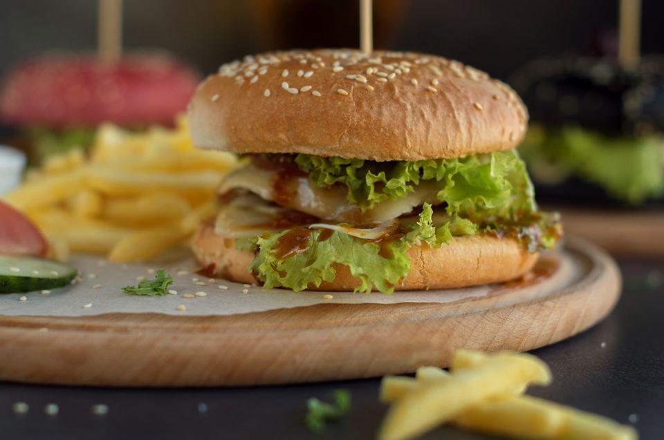 Аппетитный бургер из меню Lazer Park