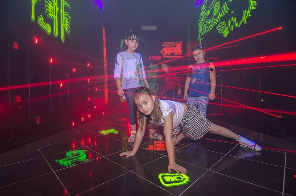 Дети проходят  лазерный квест в Lazer Park