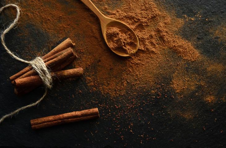 Обгортання тіла з корицею і кавою проти целюліту