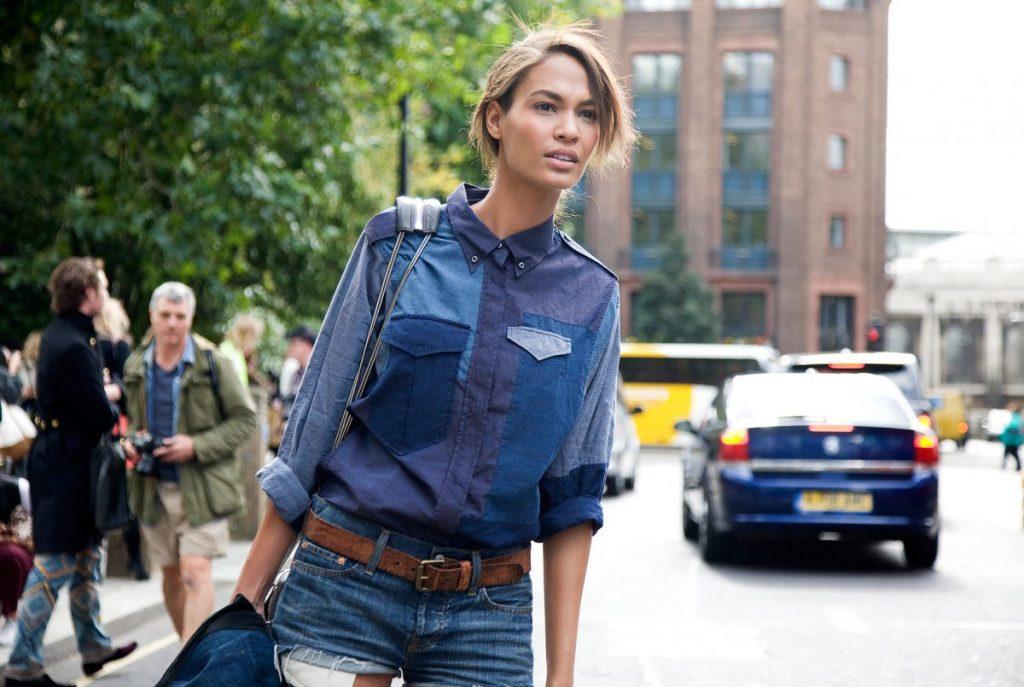 Для рубашки в стиле пэчворк можно взять несколько джинсовых изделий, отличающихся друг от друга по оттенкам