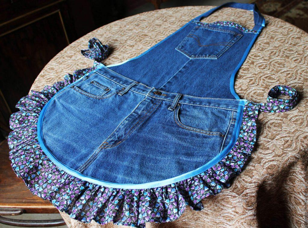 Фартуку из джинсы можно добавить кокетливости, сделав ему оторочку из ткани в цветочек