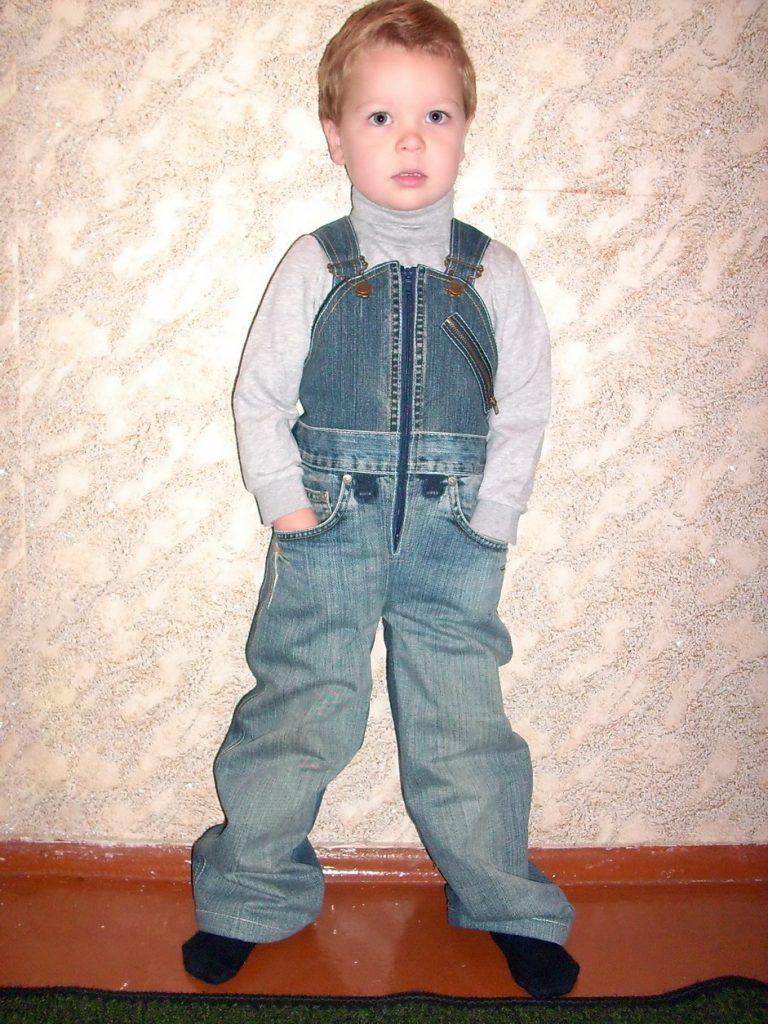 Из обычных джинсов можно пошить стильный комбинезон для маленького мальчика