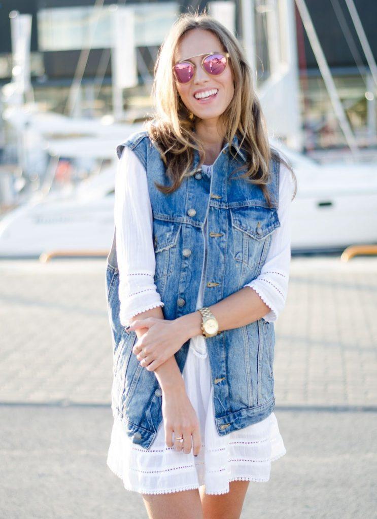 Объемные джинсовые жилетки прекрасно смотрятся с легкими платьями в стиле этно и бохо