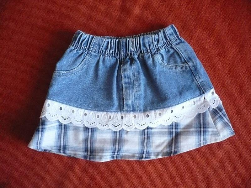 Юбку из старых джинсов можно не только дополнить декором из хлопковой ткани и кружева, но и придать практичности, удлинив низ