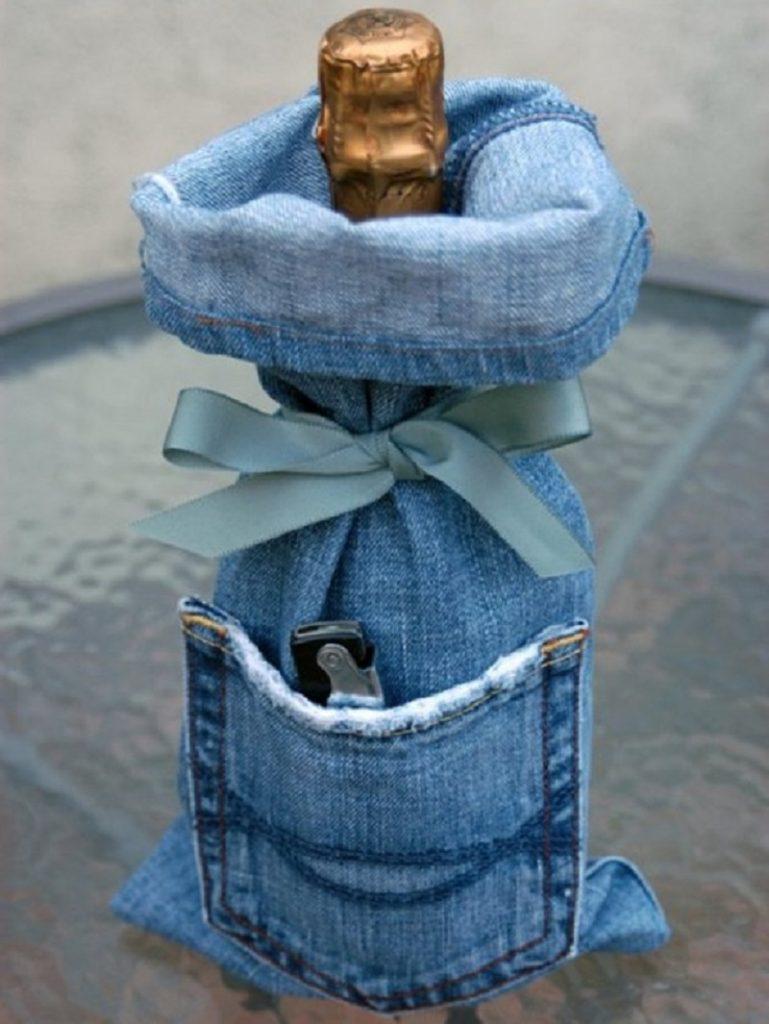 Из штанины старых джинсов получится отличный чехол для бутылки