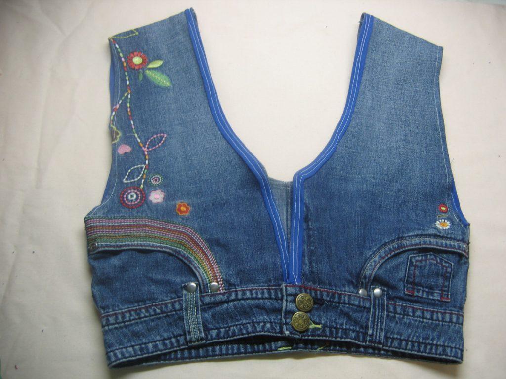 Шьем жилет ребенку: простой вариант с основой из верхней части джинсов, в укороченных штанинах вырезаны проймы
