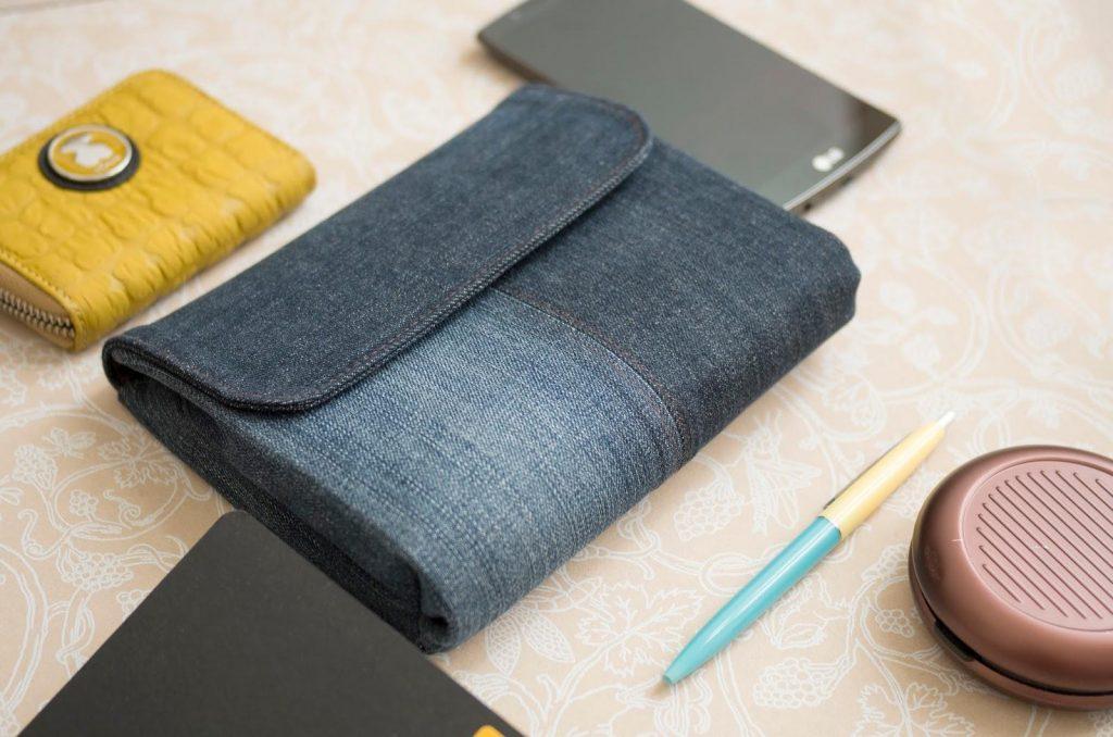 Простой и лаконичный джинсовый клатч станет отличным дополнением к вашему образу